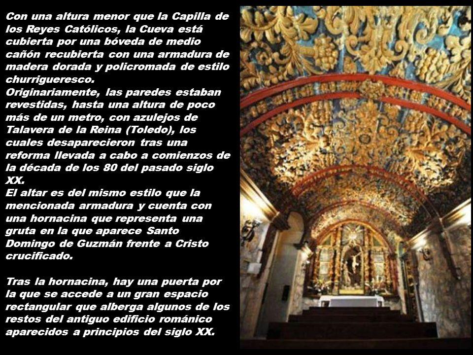 Con una altura menor que la Capilla de los Reyes Católicos, la Cueva está cubierta por una bóveda de medio cañón recubierta con una armadura de madera dorada y policromada de estilo churrigueresco.