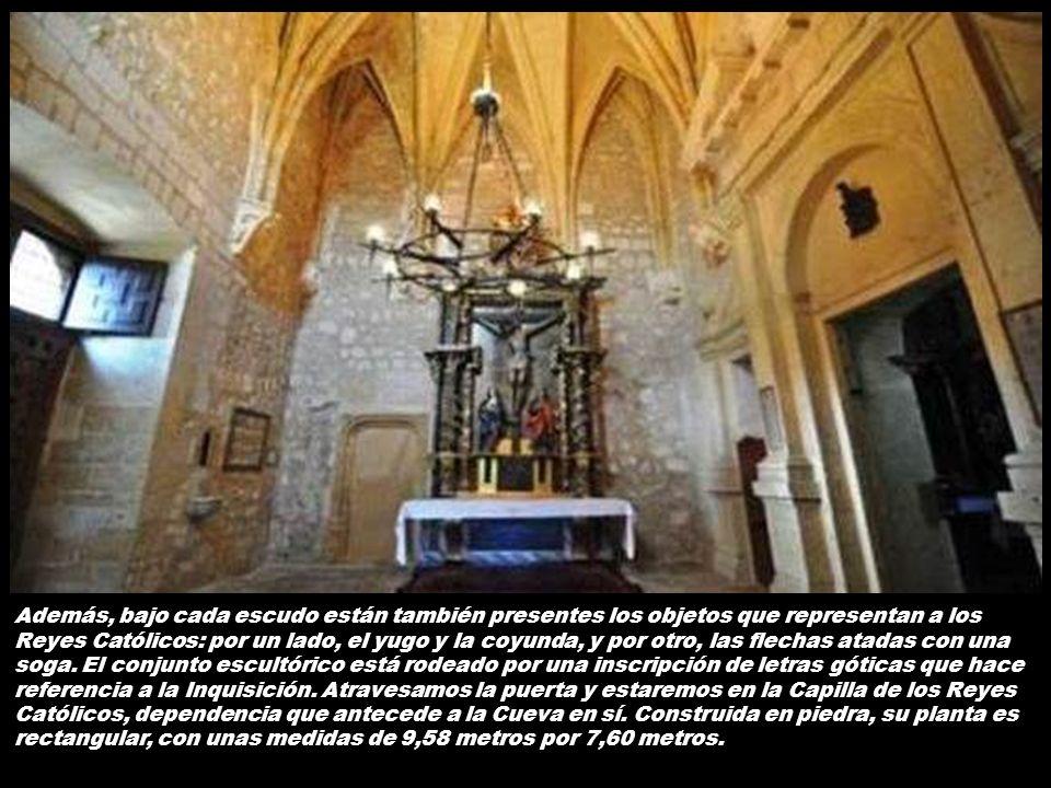 Además, bajo cada escudo están también presentes los objetos que representan a los Reyes Católicos: por un lado, el yugo y la coyunda, y por otro, las flechas atadas con una soga.