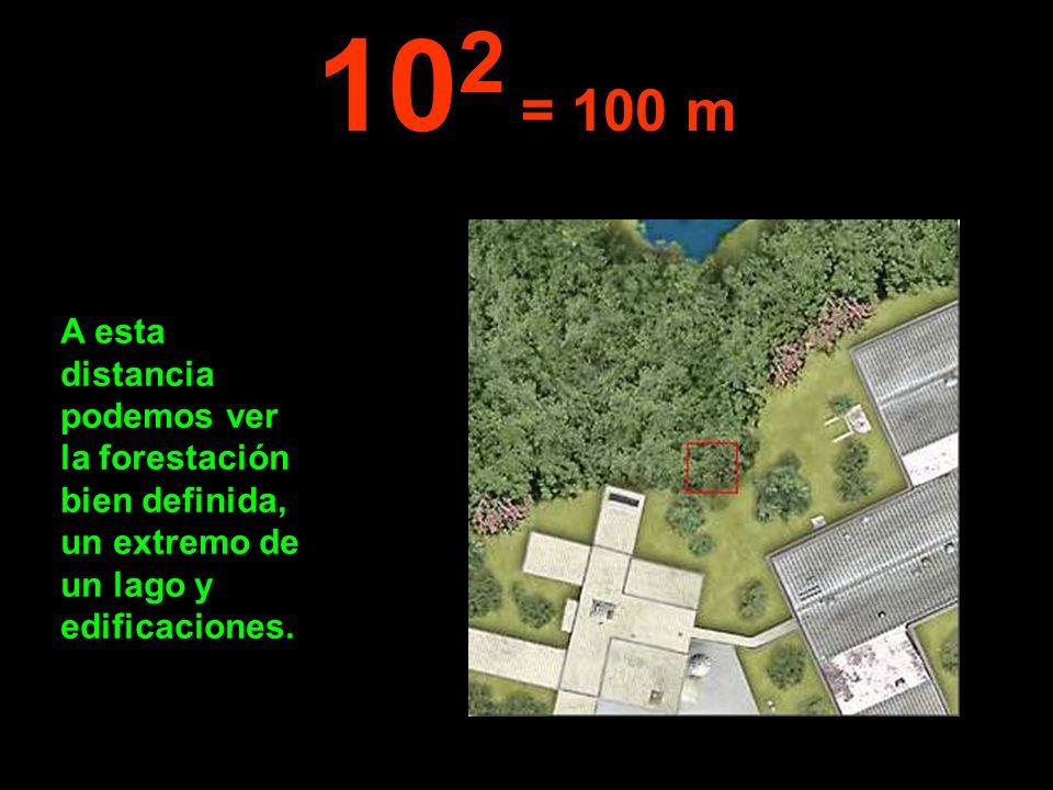 102 = 100 m A esta distancia podemos ver la forestación bien definida, un extremo de un lago y edificaciones.