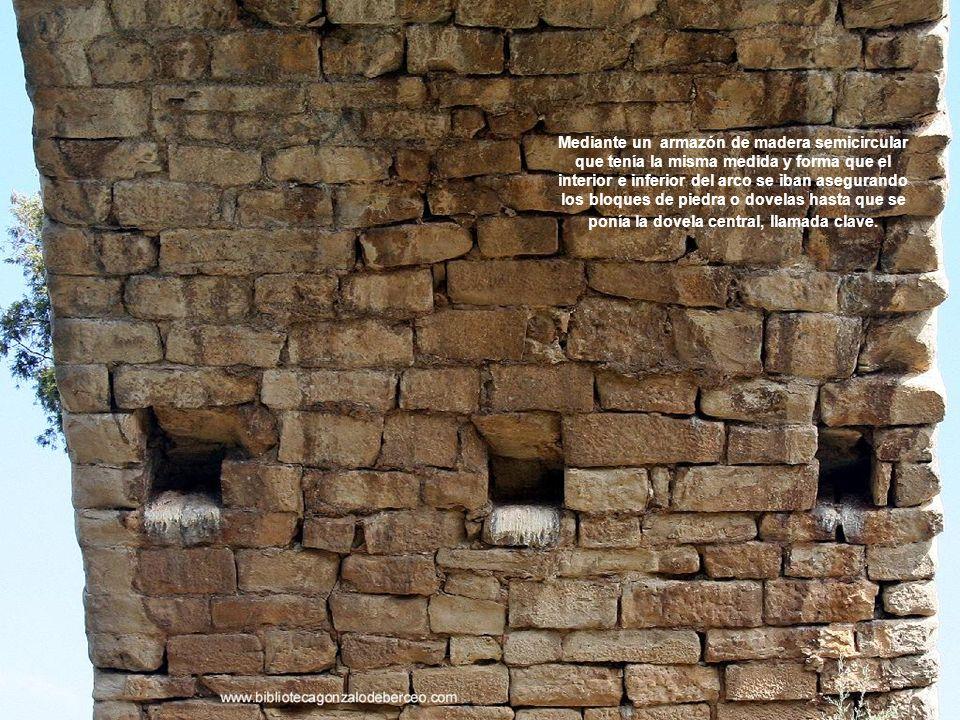 Mediante un armazón de madera semicircular que tenía la misma medida y forma que el interior e inferior del arco se iban asegurando los bloques de piedra o dovelas hasta que se ponía la dovela central, llamada clave.