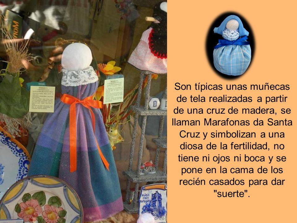 Son típicas unas muñecas de tela realizadas a partir de una cruz de madera, se llaman Marafonas da Santa Cruz y simbolizan a una diosa de la fertilidad, no tiene ni ojos ni boca y se pone en la cama de los recién casados para dar suerte .