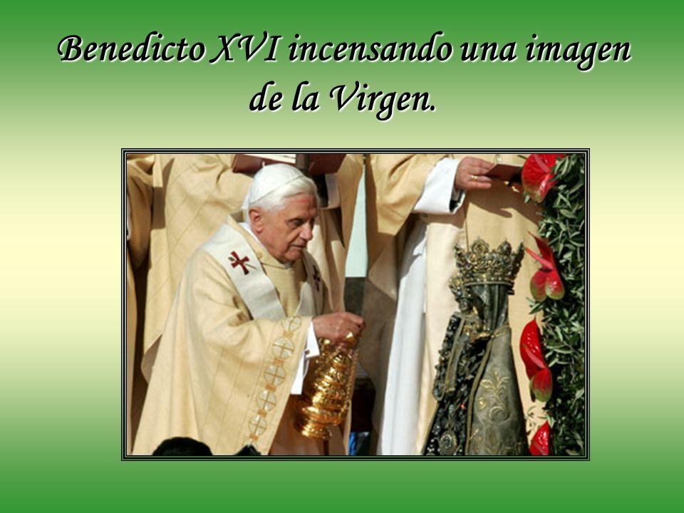 Benedicto XVI incensando una imagen de la Virgen.