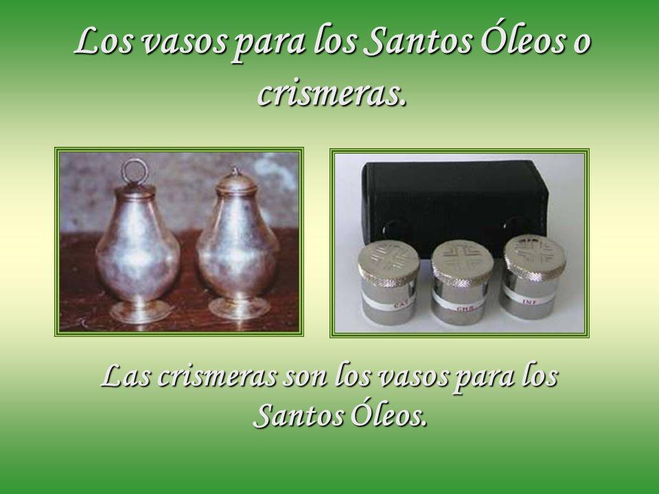 Los vasos para los Santos Óleos o crismeras.