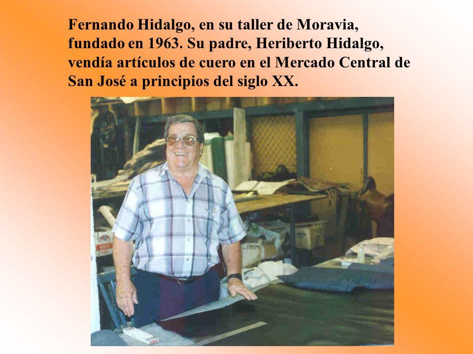 Fernando Hidalgo, en su taller de Moravia, fundado en 1963