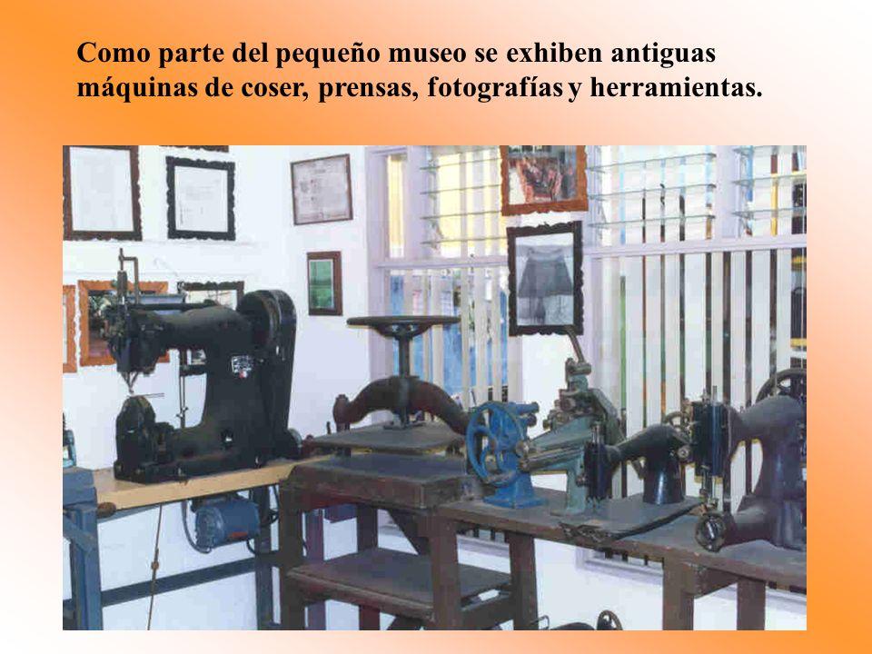 Como parte del pequeño museo se exhiben antiguas máquinas de coser, prensas, fotografías y herramientas.