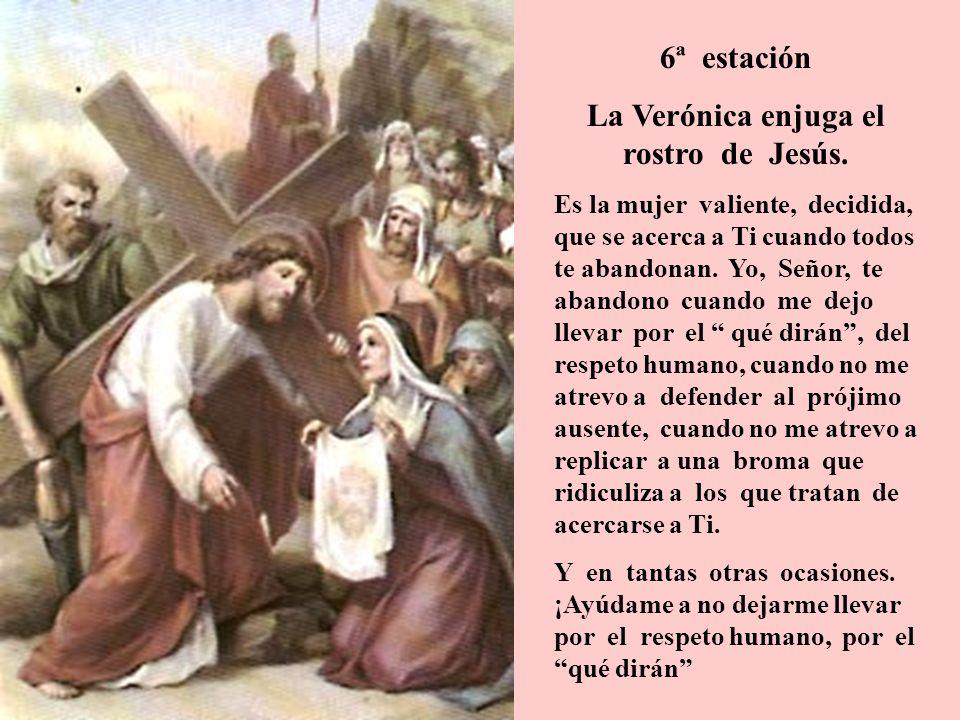 La Verónica enjuga el rostro de Jesús.