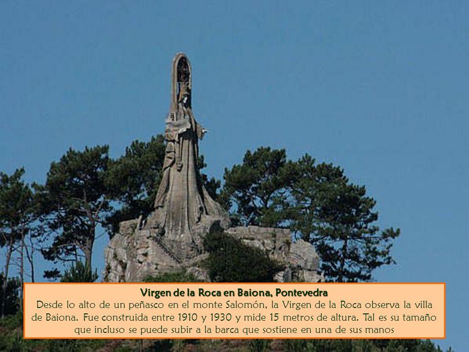 Virgen de la Roca en Baiona, Pontevedra Desde lo alto de un peñasco en el monte Salomón, la Virgen de la Roca observa la villa de Baiona.
