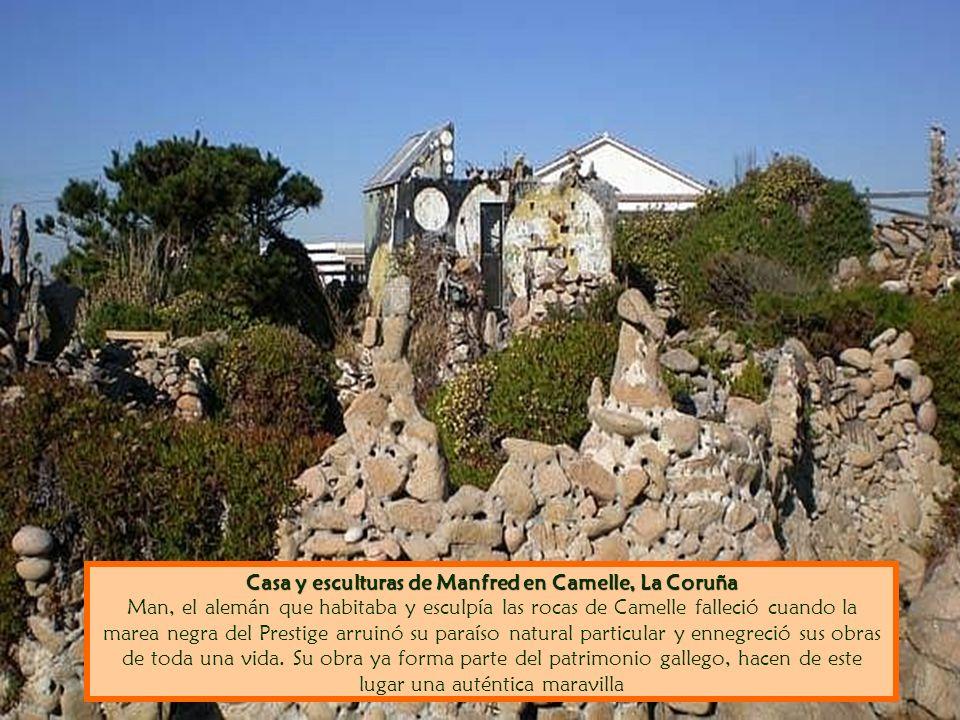 Casa y esculturas de Manfred en Camelle, La Coruña Man, el alemán que habitaba y esculpía las rocas de Camelle falleció cuando la marea negra del Prestige arruinó su paraíso natural particular y ennegreció sus obras de toda una vida.