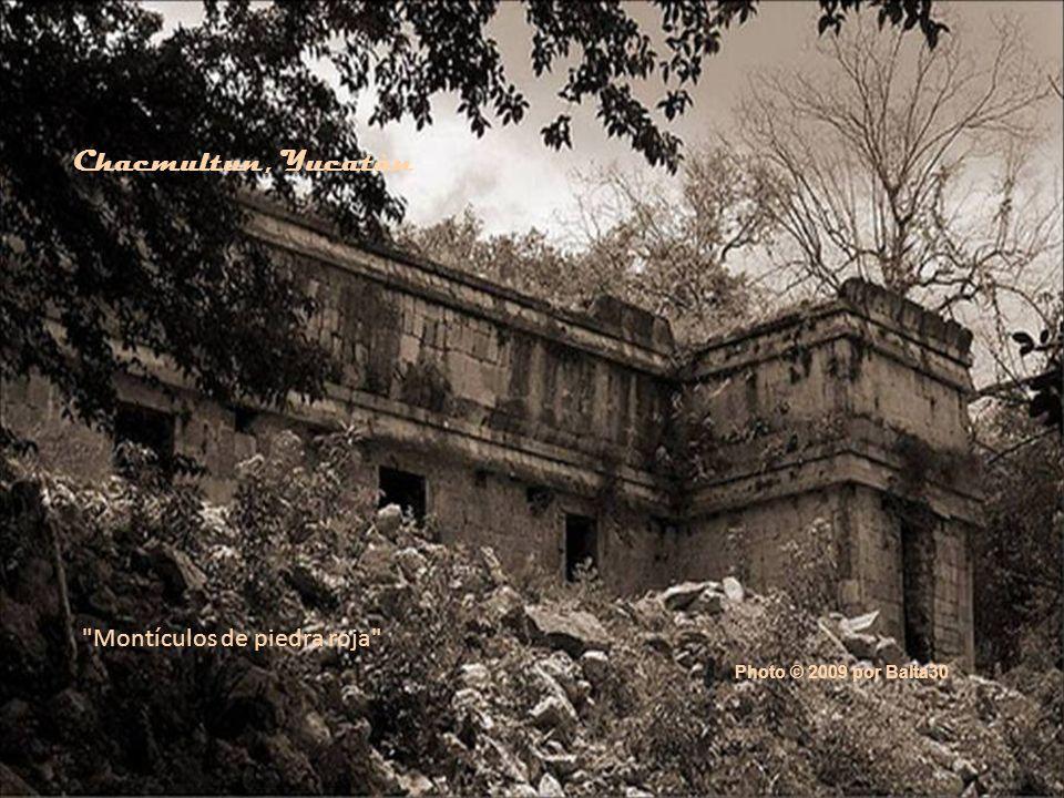 Chacmultun, Yucatàn Montículos de piedra roja