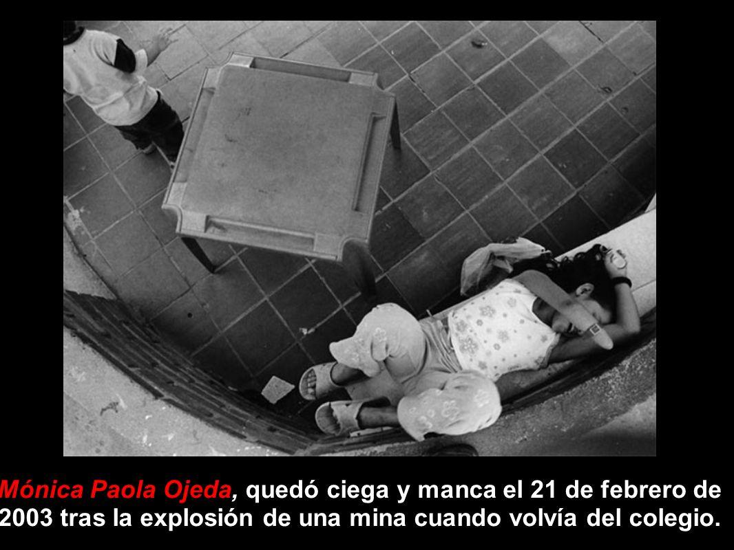 Mónica Paola Ojeda, quedó ciega y manca el 21 de febrero de 2003 tras la explosión de una mina cuando volvía del colegio.