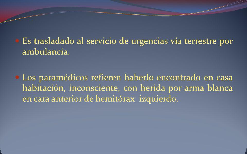 Es trasladado al servicio de urgencias vía terrestre por ambulancia.