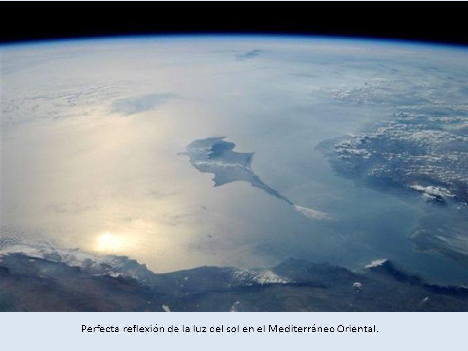 Perfecta reflexión de la luz del sol en el Mediterráneo Oriental.