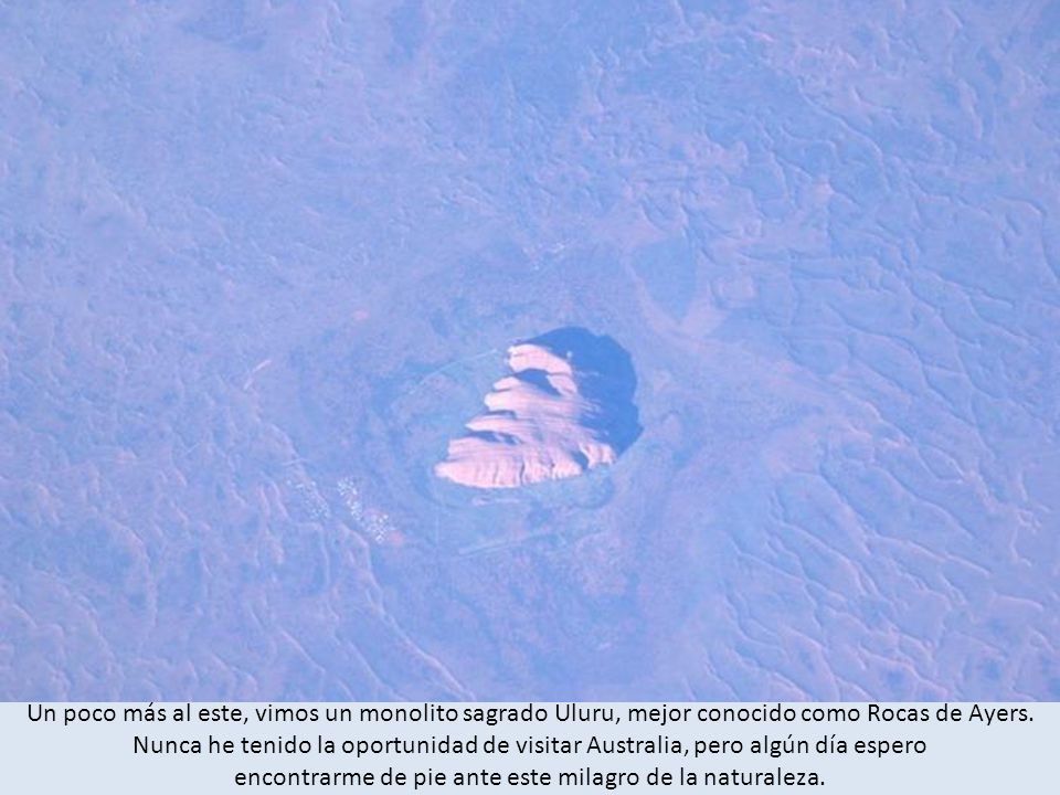 Un poco más al este, vimos un monolito sagrado Uluru, mejor conocido como Rocas de Ayers.