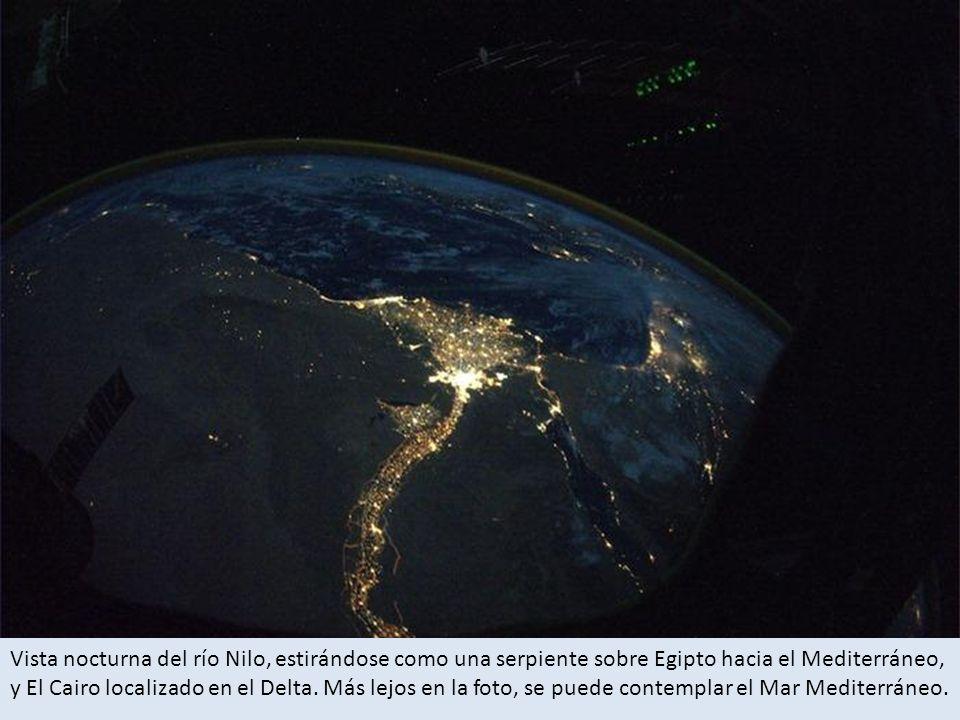 Vista nocturna del río Nilo, estirándose como una serpiente sobre Egipto hacia el Mediterráneo, y El Cairo localizado en el Delta.