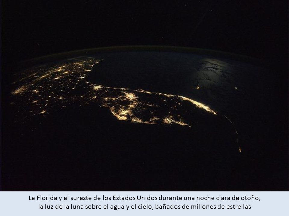 La Florida y el sureste de los Estados Unidos durante una noche clara de otoño, la luz de la luna sobre el agua y el cielo, bañados de millones de estrellas