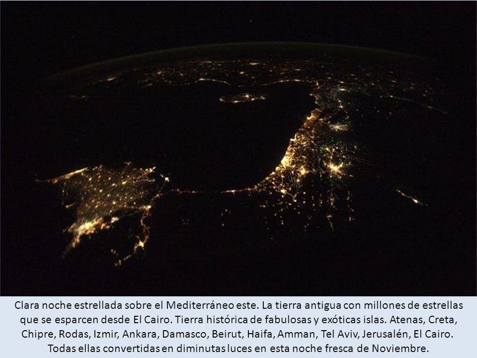 Clara noche estrellada sobre el Mediterráneo este