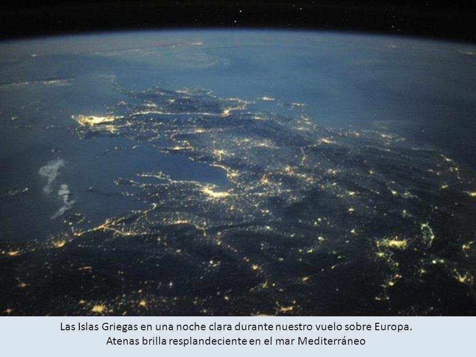 Las Islas Griegas en una noche clara durante nuestro vuelo sobre Europa.