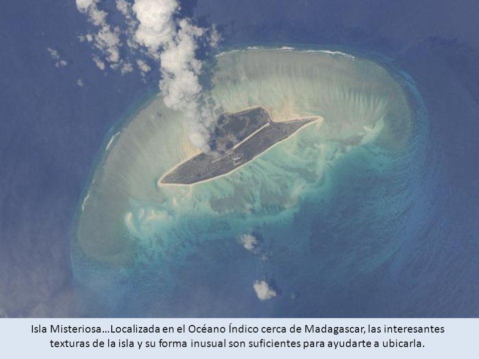 Isla Misteriosa…Localizada en el Océano Índico cerca de Madagascar, las interesantes texturas de la isla y su forma inusual son suficientes para ayudarte a ubicarla.