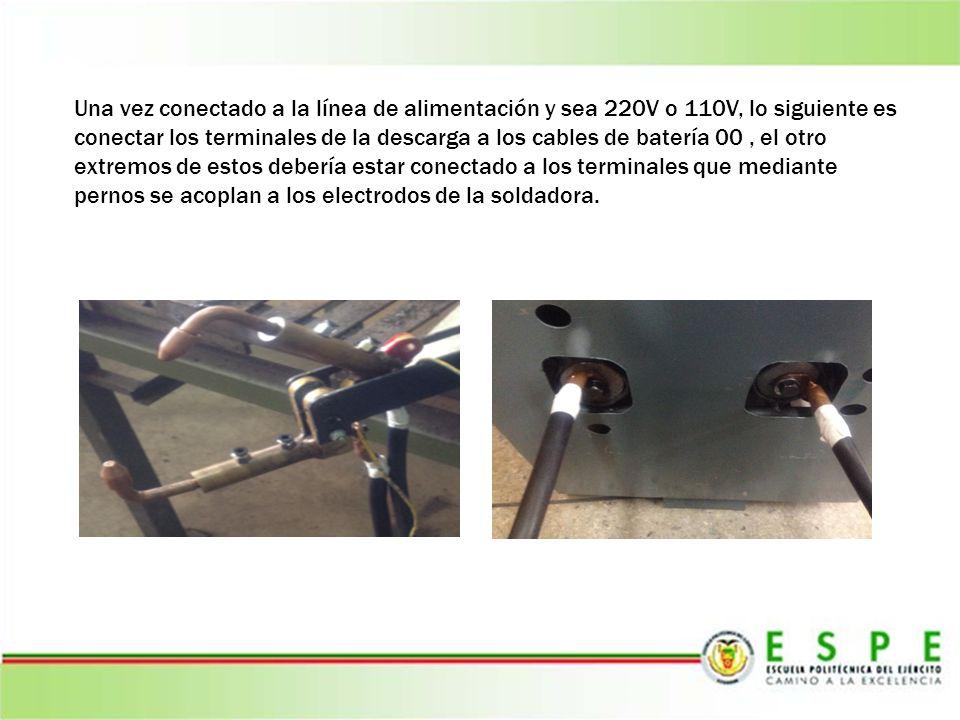 Una vez conectado a la línea de alimentación y sea 220V o 110V, lo siguiente es conectar los terminales de la descarga a los cables de batería 00 , el otro extremos de estos debería estar conectado a los terminales que mediante pernos se acoplan a los electrodos de la soldadora.
