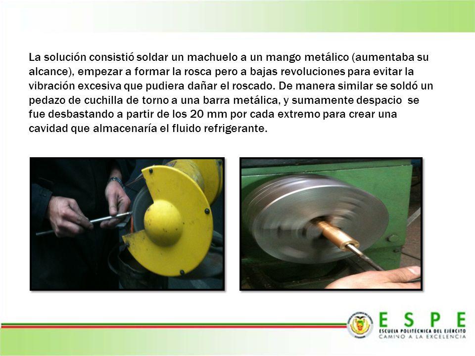 La solución consistió soldar un machuelo a un mango metálico (aumentaba su alcance), empezar a formar la rosca pero a bajas revoluciones para evitar la vibración excesiva que pudiera dañar el roscado.