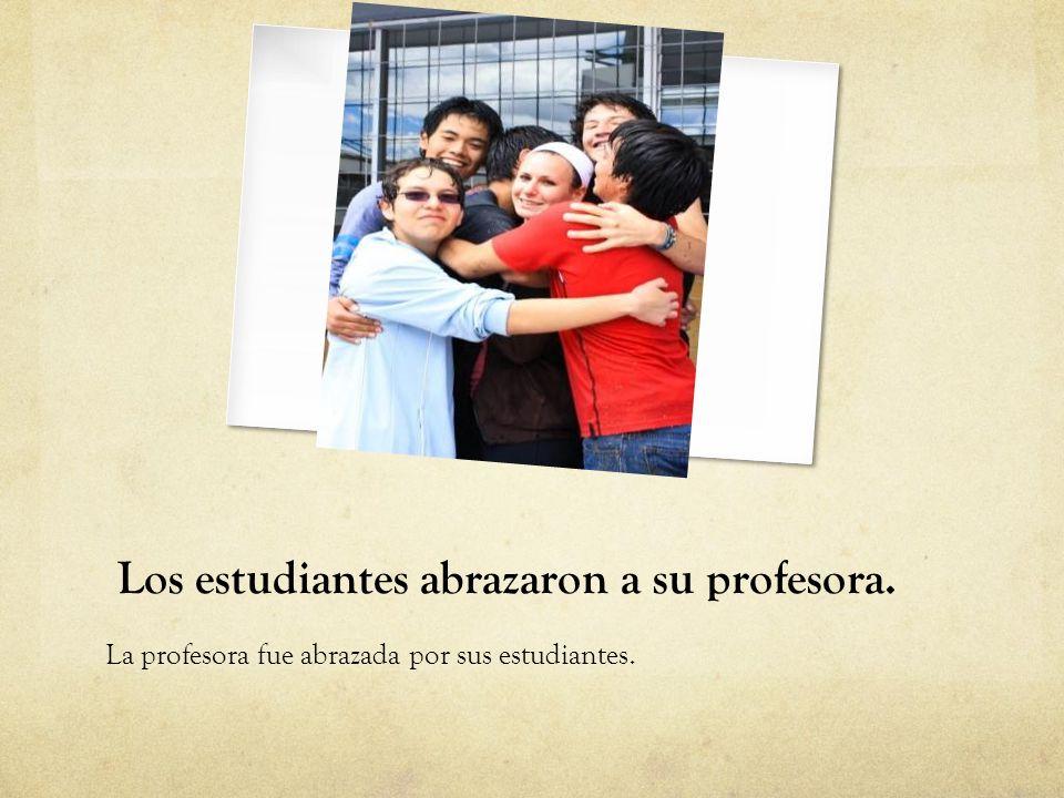 Los estudiantes abrazaron a su profesora.