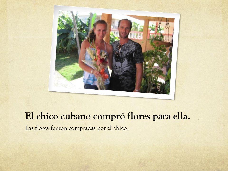 El chico cubano compró flores para ella.