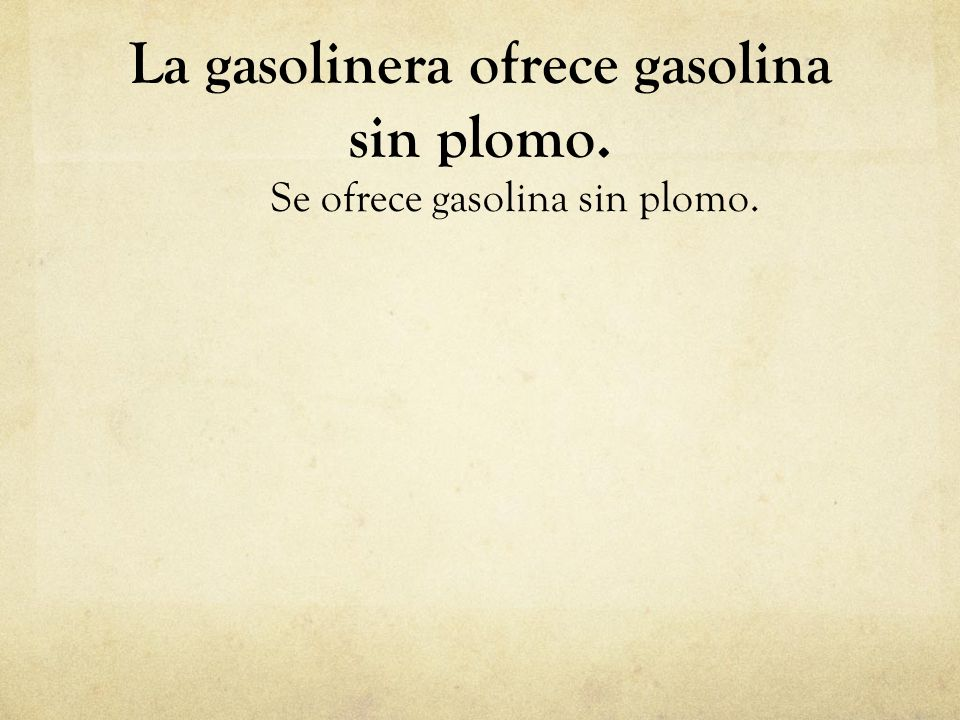 La gasolinera ofrece gasolina sin plomo.