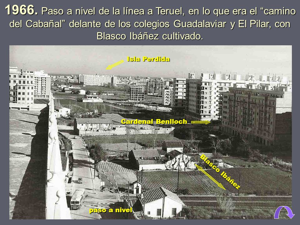 1966. Paso a nivel de la línea a Teruel, en lo que era el camino del Cabañal delante de los colegios Guadalaviar y El Pilar, con Blasco Ibáñez cultivado.