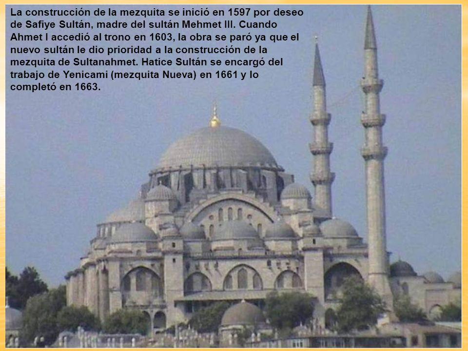 La construcción de la mezquita se inició en 1597 por deseo de Safiye Sultán, madre del sultán Mehmet III.