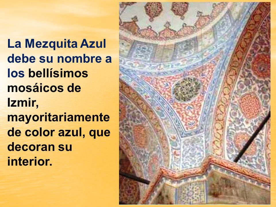 La Mezquita Azul debe su nombre a los bellísimos mosáicos de Izmir, mayoritariamente de color azul, que decoran su interior.