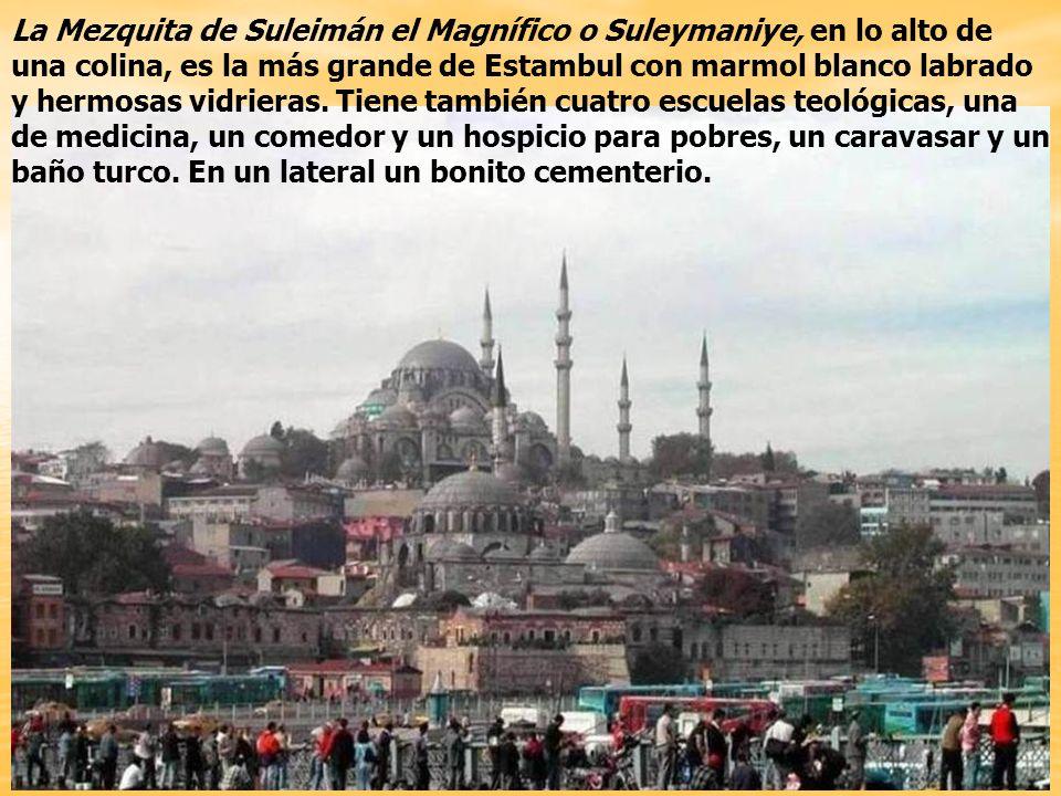 La Mezquita de Suleimán el Magnífico o Suleymaniye, en lo alto de una colina, es la más grande de Estambul con marmol blanco labrado y hermosas vidrieras.