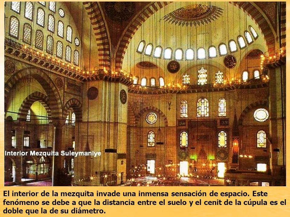 El interior de la mezquita invade una inmensa sensación de espacio