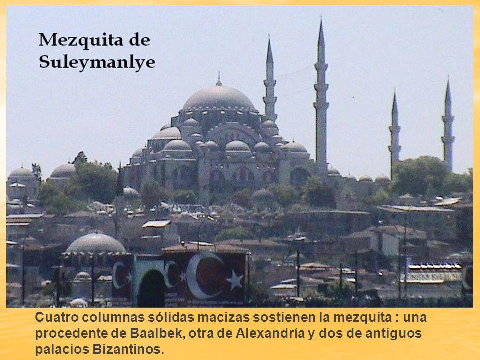 Cuatro columnas sólidas macizas sostienen la mezquita : una procedente de Baalbek, otra de Alexandría y dos de antiguos palacios Bizantinos.