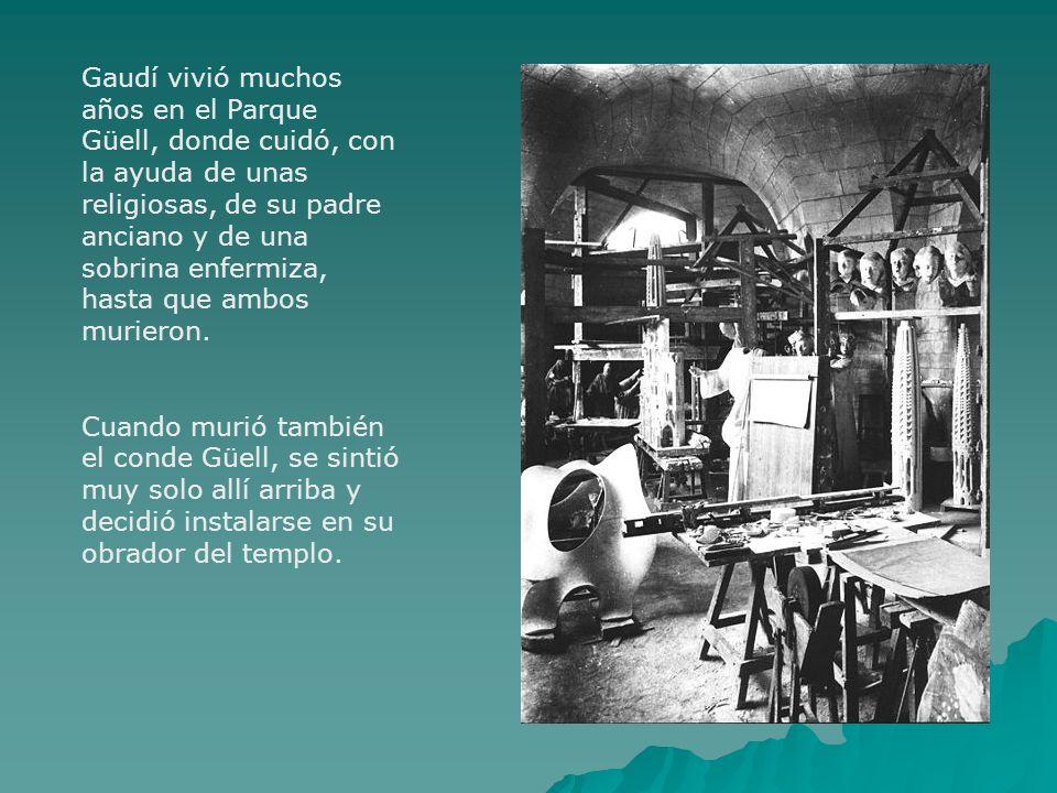 Gaudí vivió muchos años en el Parque Güell, donde cuidó, con la ayuda de unas religiosas, de su padre anciano y de una sobrina enfermiza, hasta que ambos murieron.