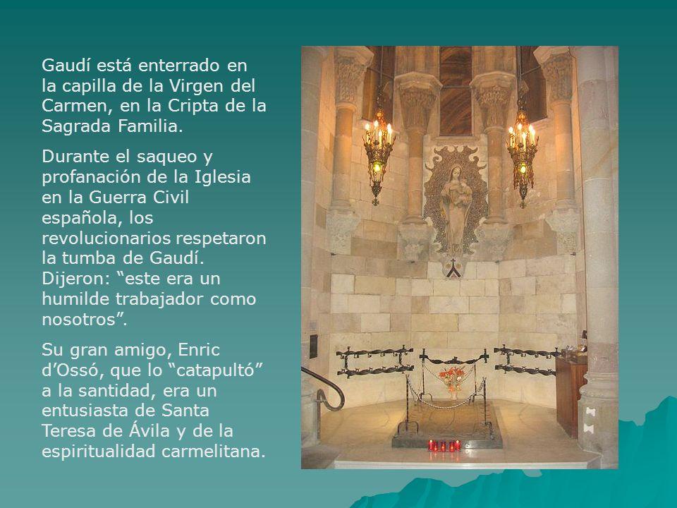 Gaudí está enterrado en la capilla de la Virgen del Carmen, en la Cripta de la Sagrada Familia.