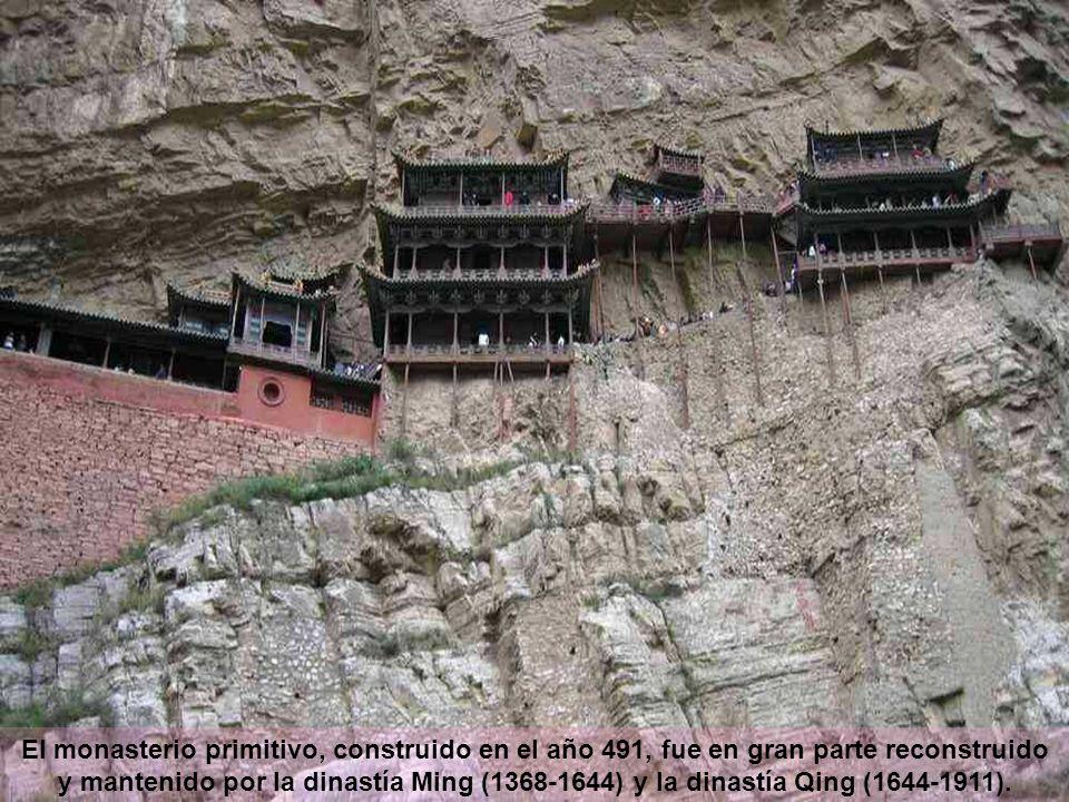 El monasterio primitivo, construido en el año 491, fue en gran parte reconstruido y mantenido por la dinastía Ming (1368-1644) y la dinastía Qing (1644-1911).