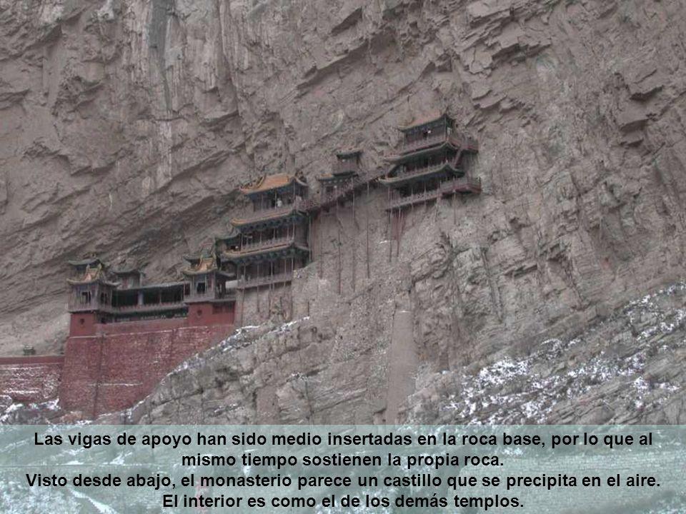 Las vigas de apoyo han sido medio insertadas en la roca base, por lo que al mismo tiempo sostienen la propia roca.