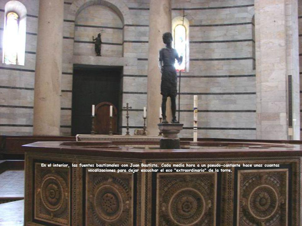 En el interior, las fuentes bautismales con Juan Bautista