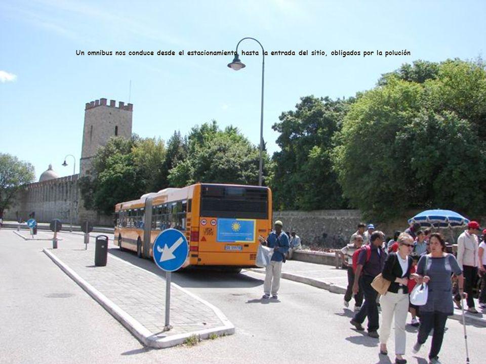 Un omnibus nos conduce desde el estacionamiento hasta la entrada del sitio, obligados por la polución