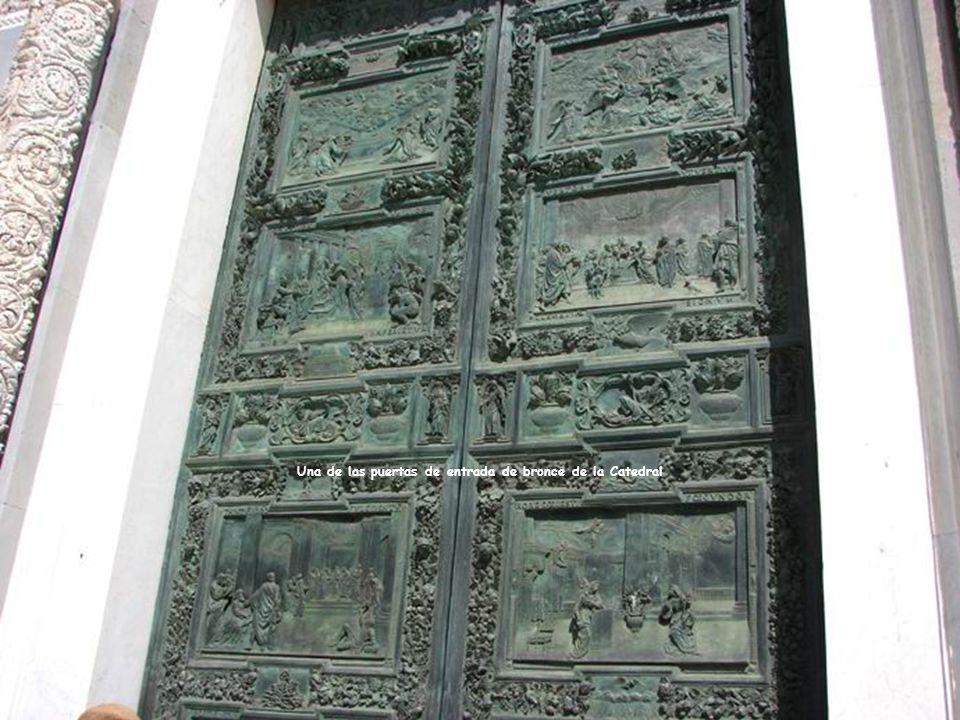 Una de las puertas de entrada de bronce de la Catedral