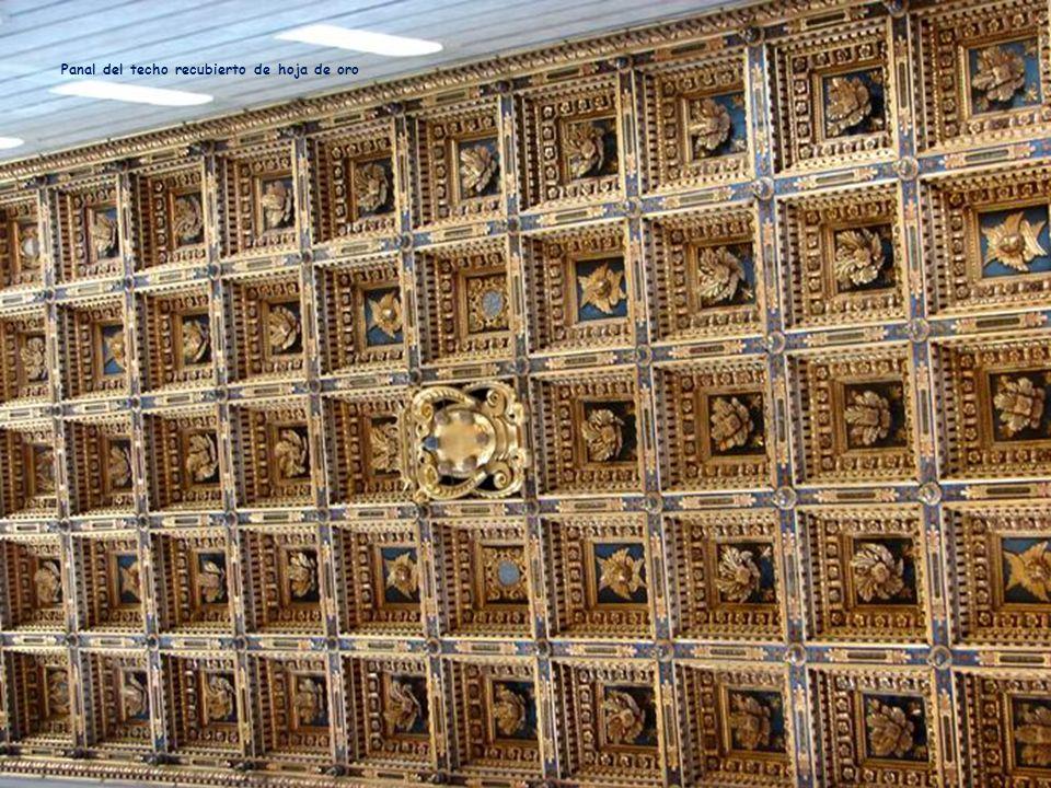 Panal del techo recubierto de hoja de oro