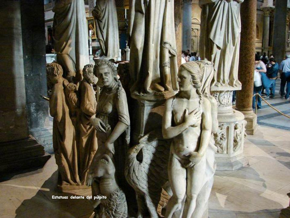 Estatuas delante del púlpito