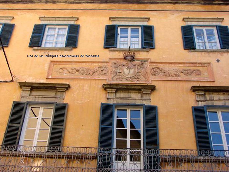 Una de las múltiples decoraciones de fachadas