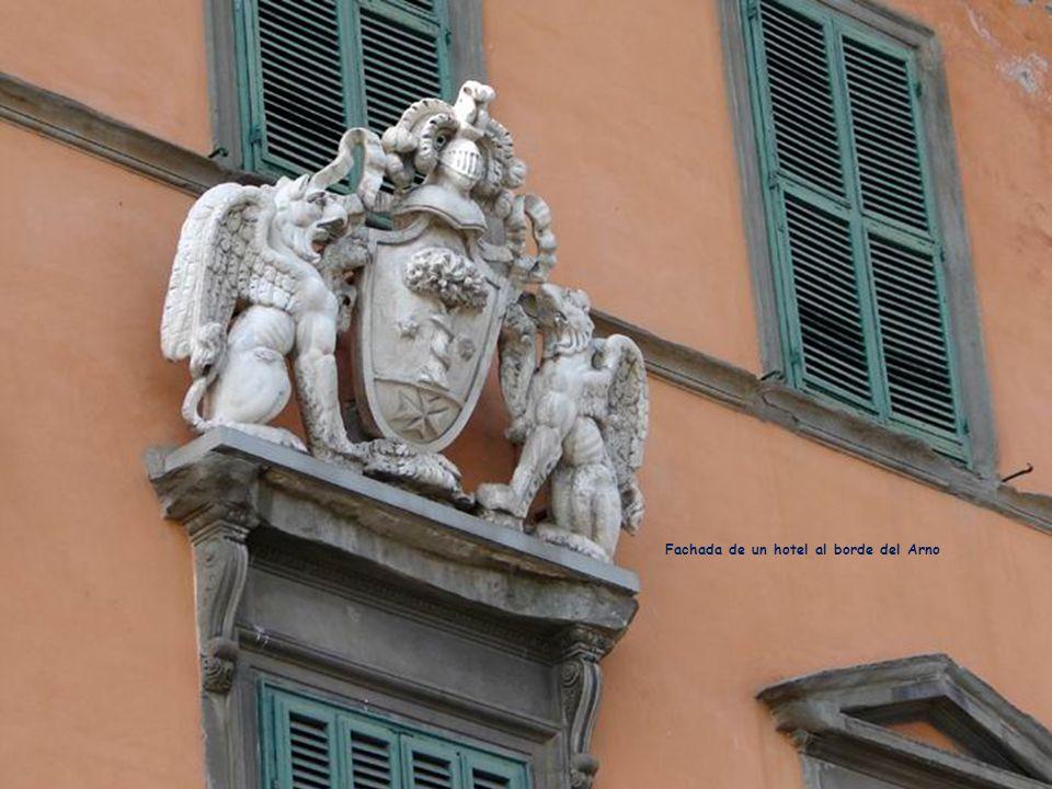Fachada de un hotel al borde del Arno