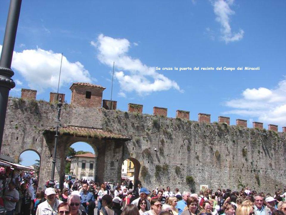 Se cruza la puerta del recinto del Campo dei Miracoli