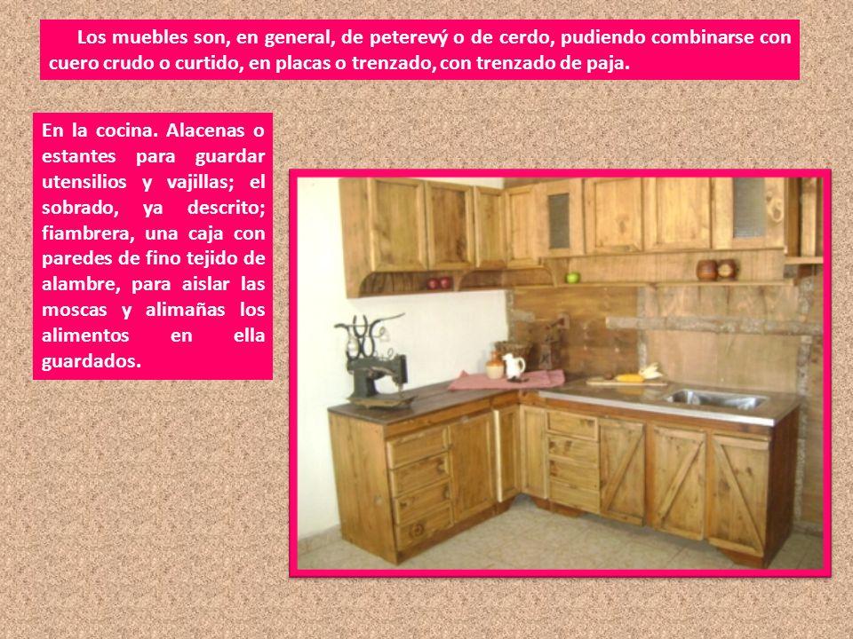 Los muebles son, en general, de peterevý o de cerdo, pudiendo combinarse con cuero crudo o curtido, en placas o trenzado, con trenzado de paja.