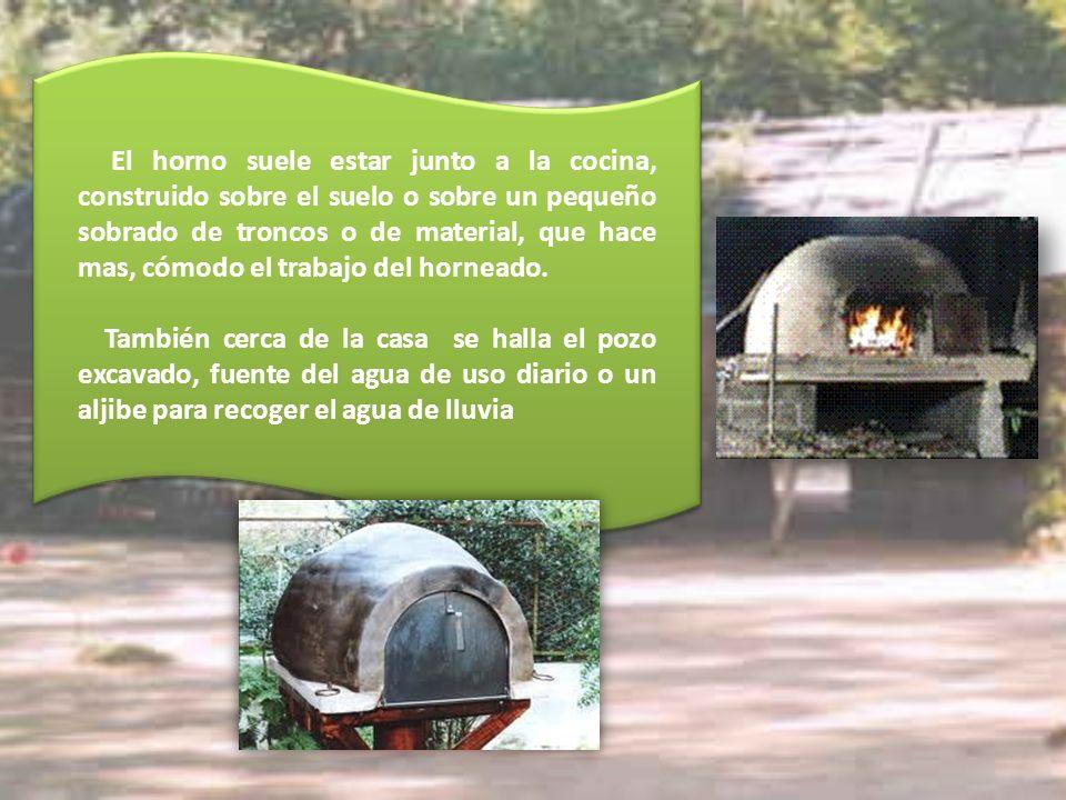 El horno suele estar junto a la cocina, construido sobre el suelo o sobre un pequeño sobrado de troncos o de material, que hace mas, cómodo el trabajo del horneado.