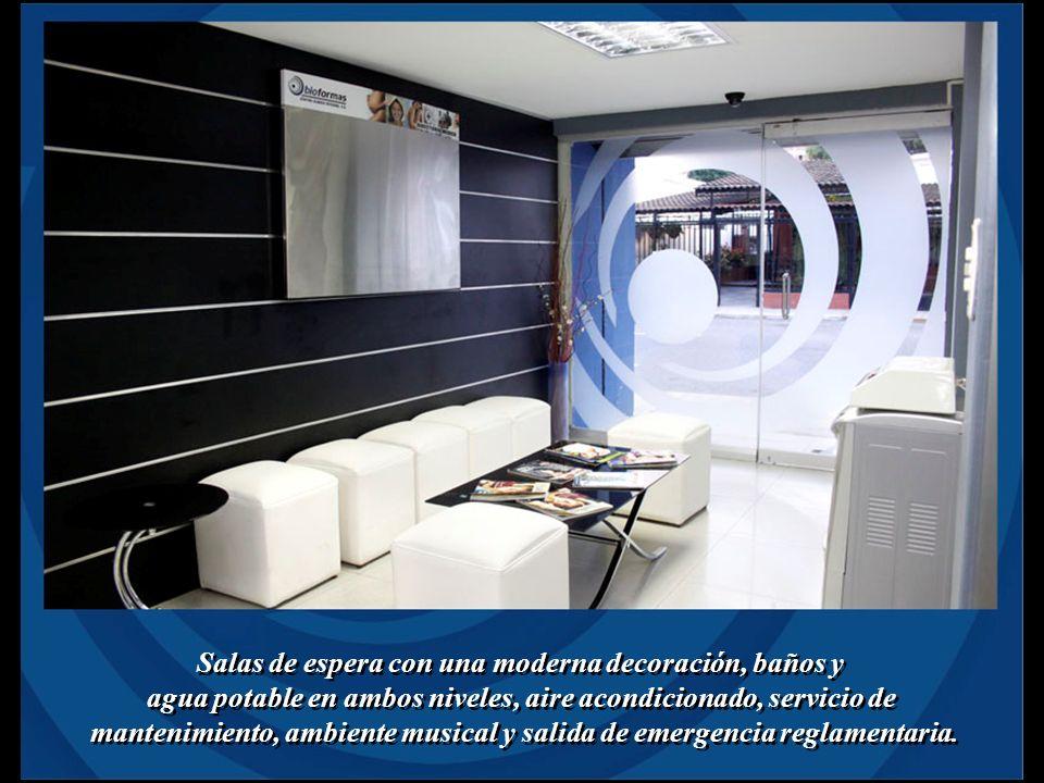Salas de espera con una moderna decoración, baños y