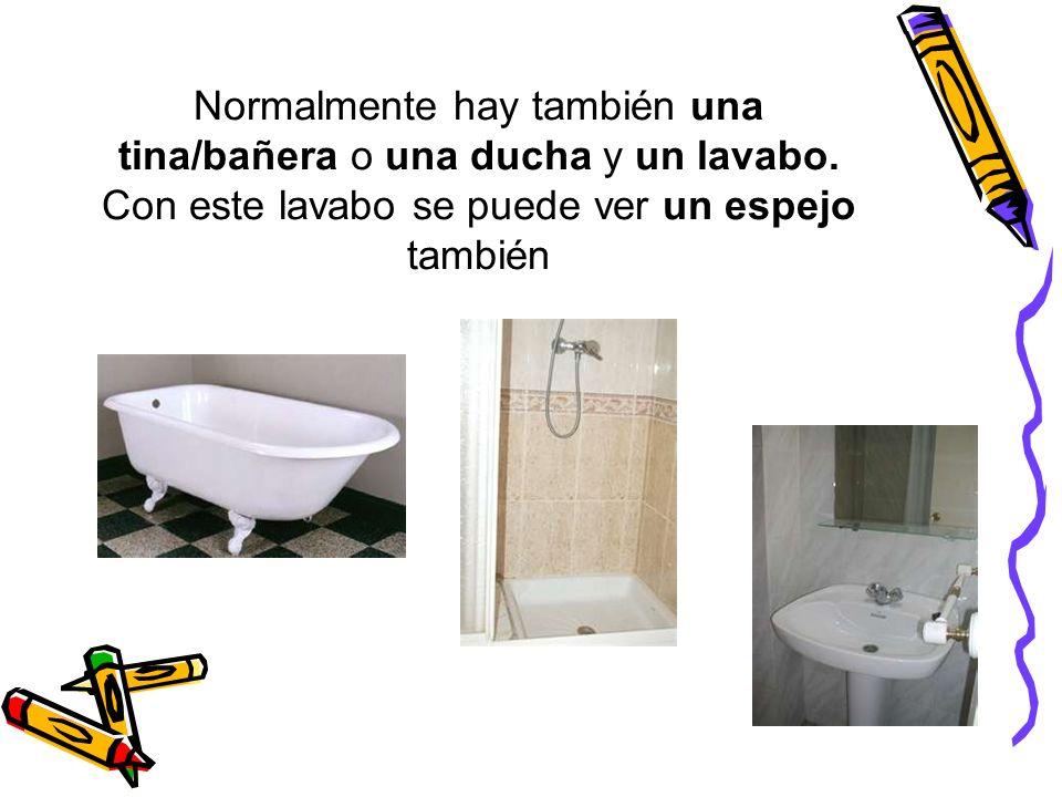Normalmente hay también una tina/bañera o una ducha y un lavabo