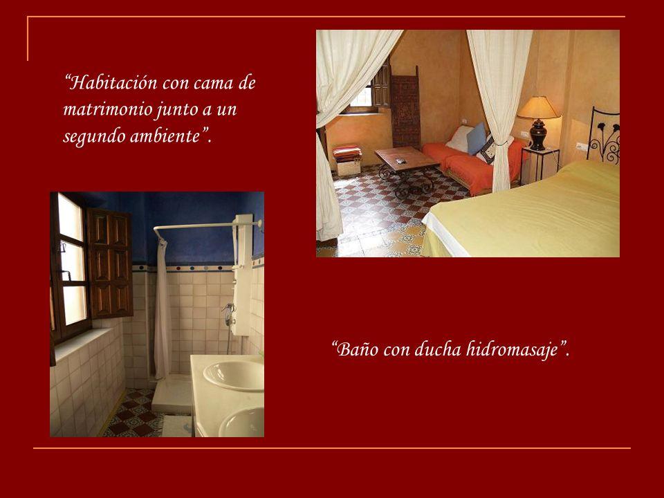 Habitación con cama de matrimonio junto a un segundo ambiente .